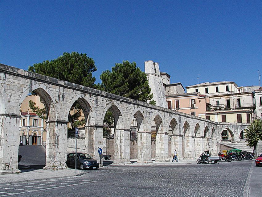 Sulmona: transennato l'acquedotto che perde pezzi