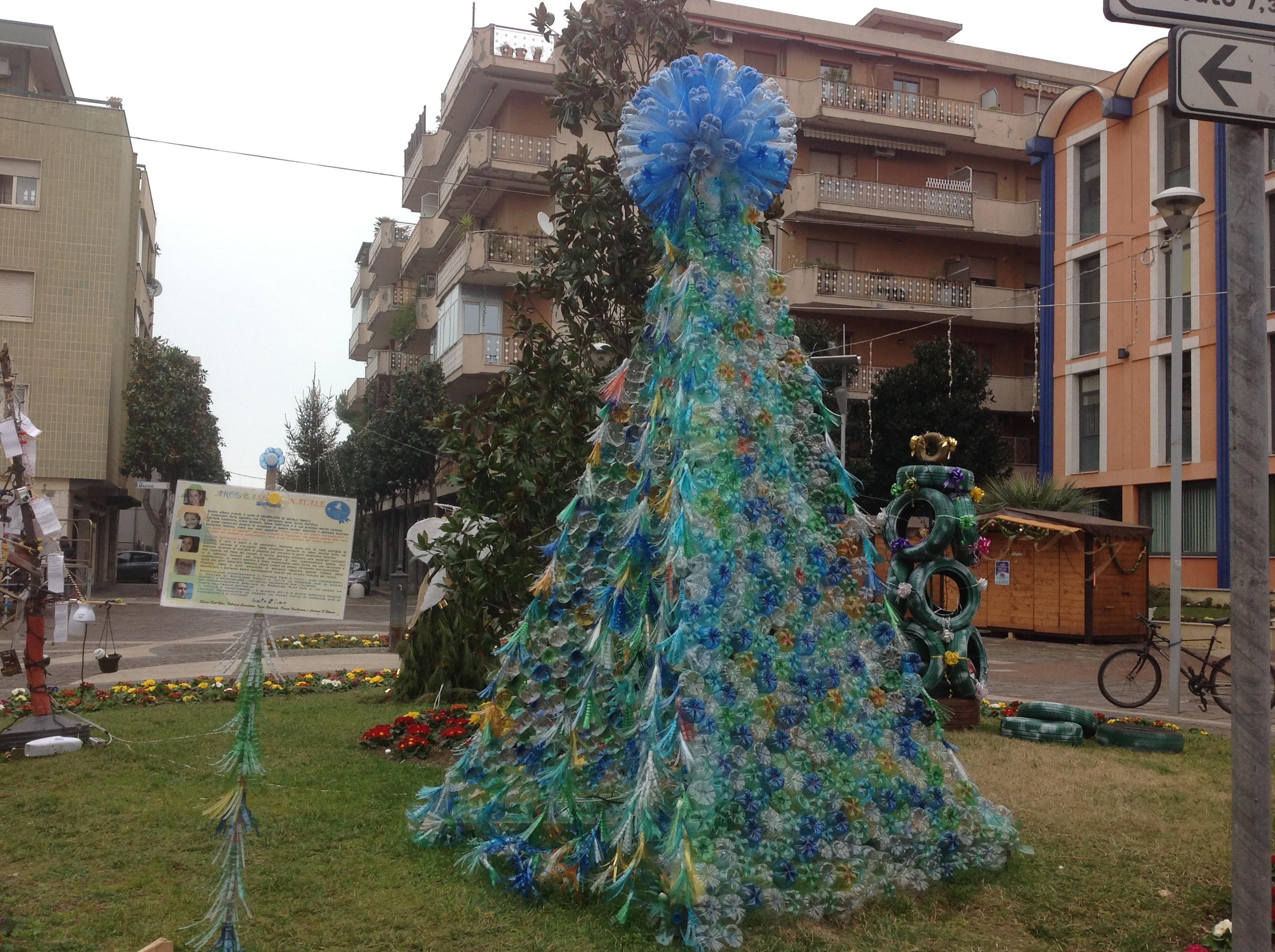 Montesilvano: l'albero arcobaleno vince il contest sul riciclo