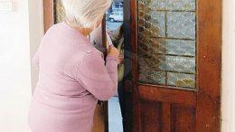 ladra-casa-anziana
