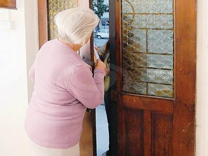 L'Aquila: anziana rapinata in casa