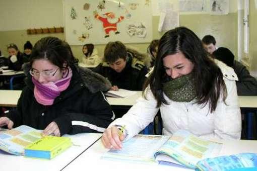 Bimbi in aula con i cappotti a Civitella del Tronto