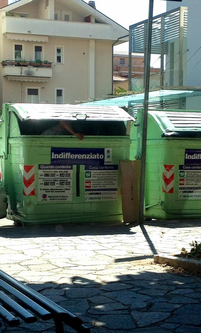 Pescara: un cassonetto come casa per senzatetto