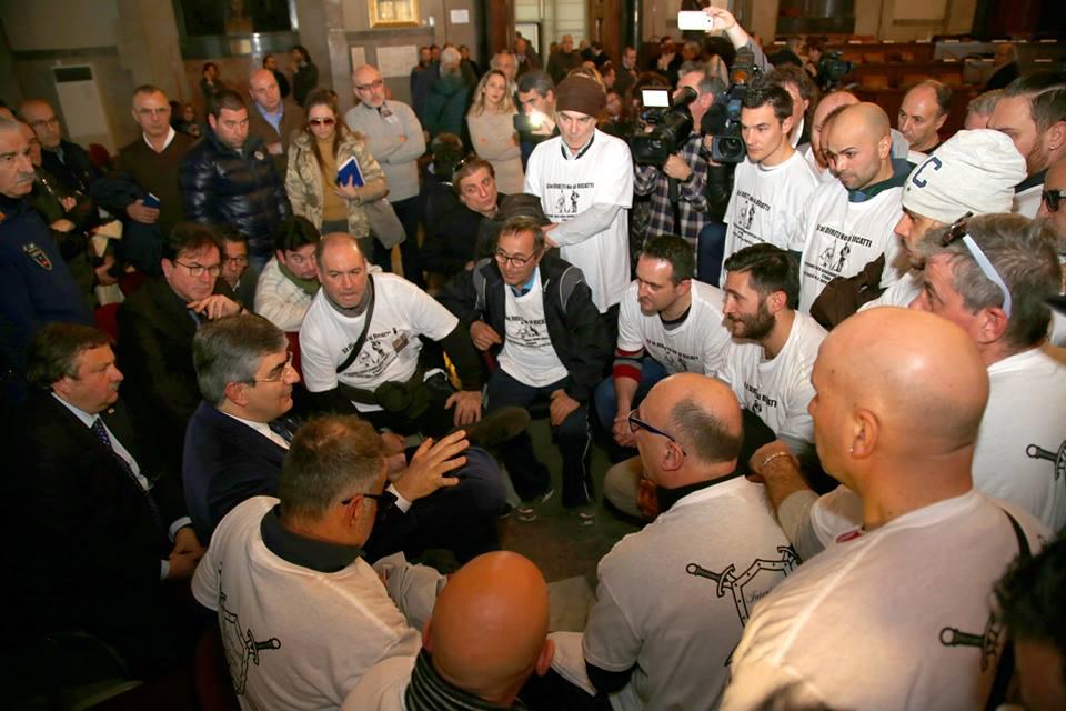 Attiva, a Pescara la protesta con le magliette in Consiglio regionale