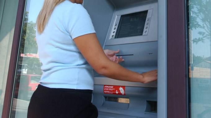 Ruba bancomat e acquista 2 mila euro di merce