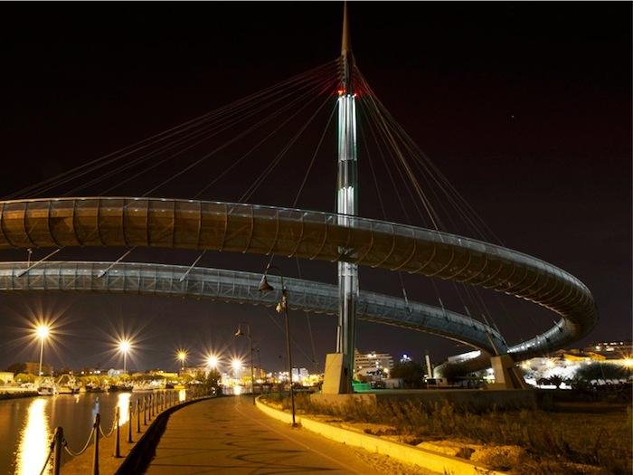 Pescara, cade dal Ponte del Mare e muore: confermato il suicidio