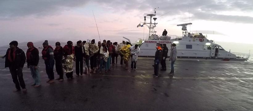11_Sbarco dei migranti dalla motovedetta CP 292 al porto di Kos