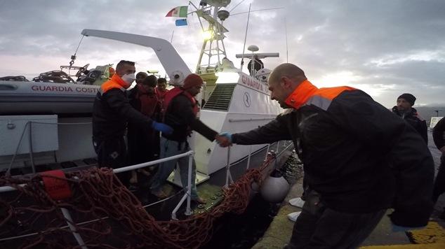 6 Sbarco dei migranti dalla motovedetta CP 292