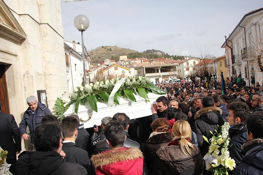 Castel di Sangro: palloncini bianchi per l'addio a Christian