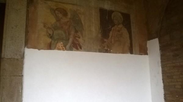Montorio al Vomano: Vernice bianca su affreschi del '600