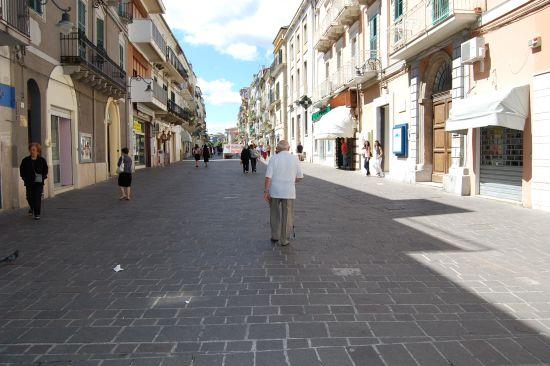 """Il """"cimitero"""" dei negozi a Ortona, vertice in Comune"""