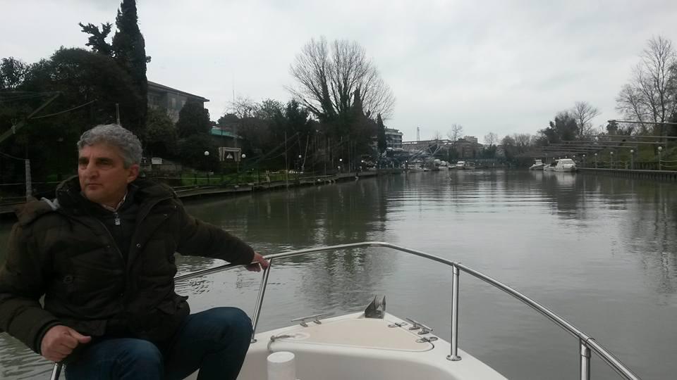 Pescara: in barca, lungo il fiume degli scarichi