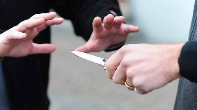 Vasto, minaccia titolare self e rapina 3.500 euro