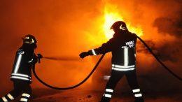 incendio-auto-notte-vigili-fuoco