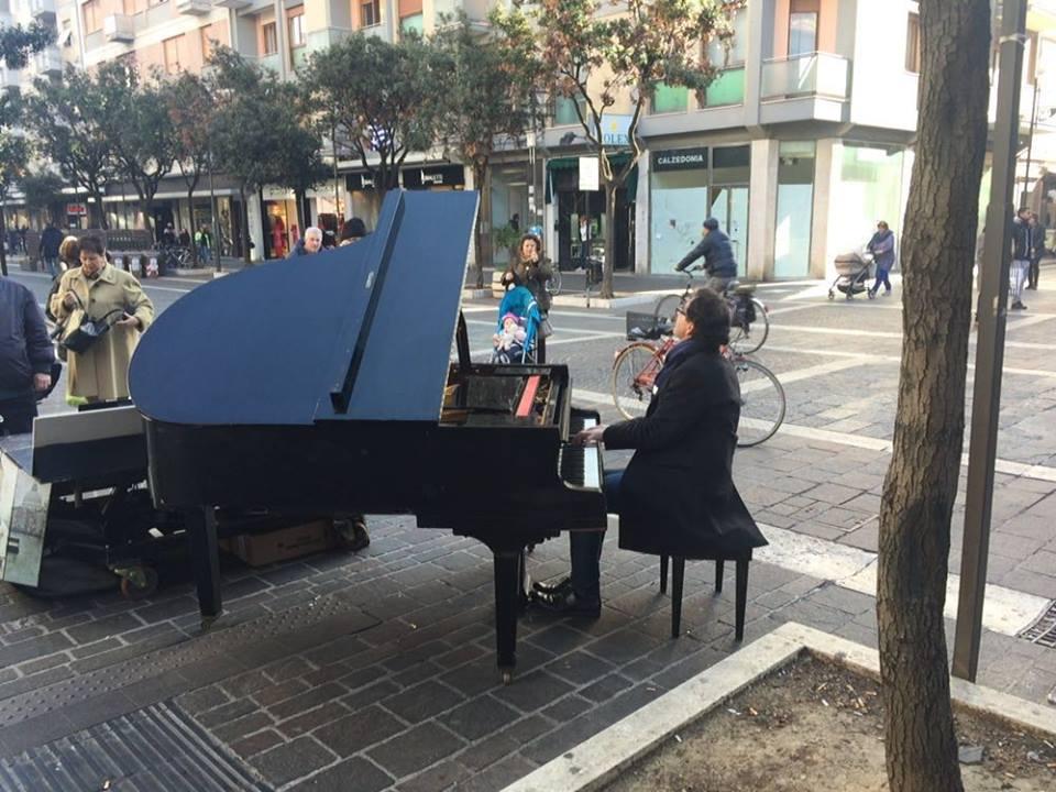 Pescara: è tornato il Pianista fuori posto lungo il corso