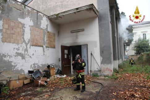 In fiamme l'ex scuola Muzii