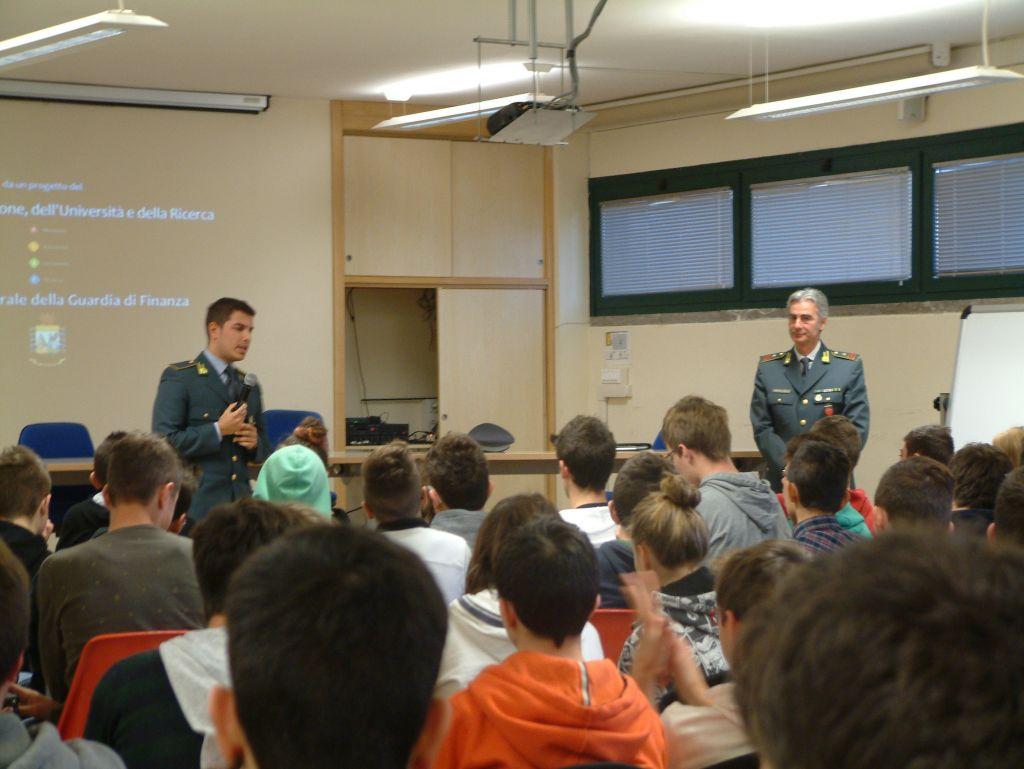 Pescara: studenti a lezione di legalità con la GdF