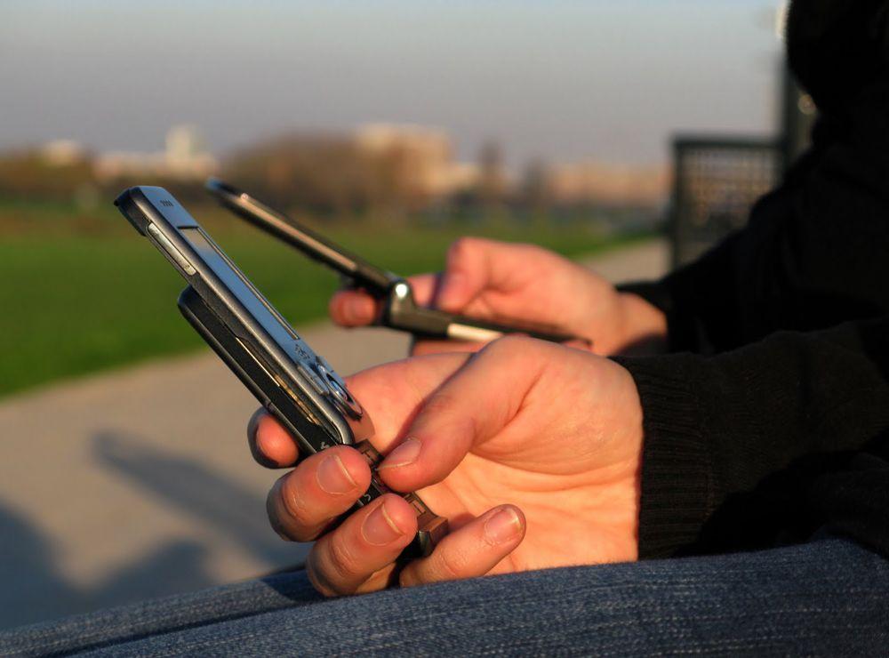 Rubano due cellulari a parente 'antipatico'