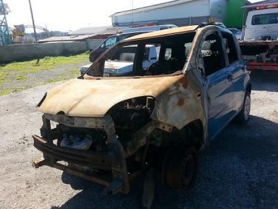 Pescara, auto a fuoco in cortile a San Donato