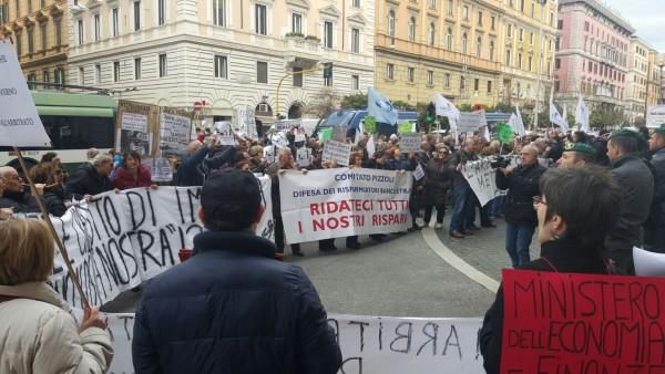 """Banca Etruria, i risparmiatori: """"Dal governo vogliamo i fatti"""""""