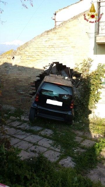 Cappelle sul Tavo: finisce con l'auto dentro una casa