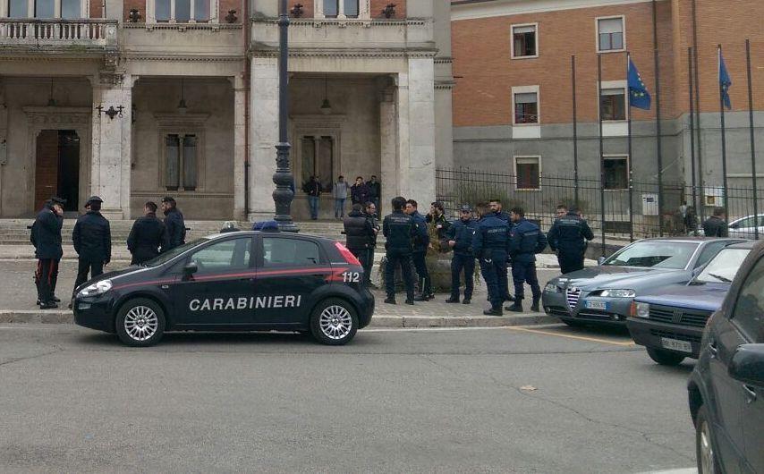 Rom sfrattata a Avezzano, bomba carta esplode vicino al Comune