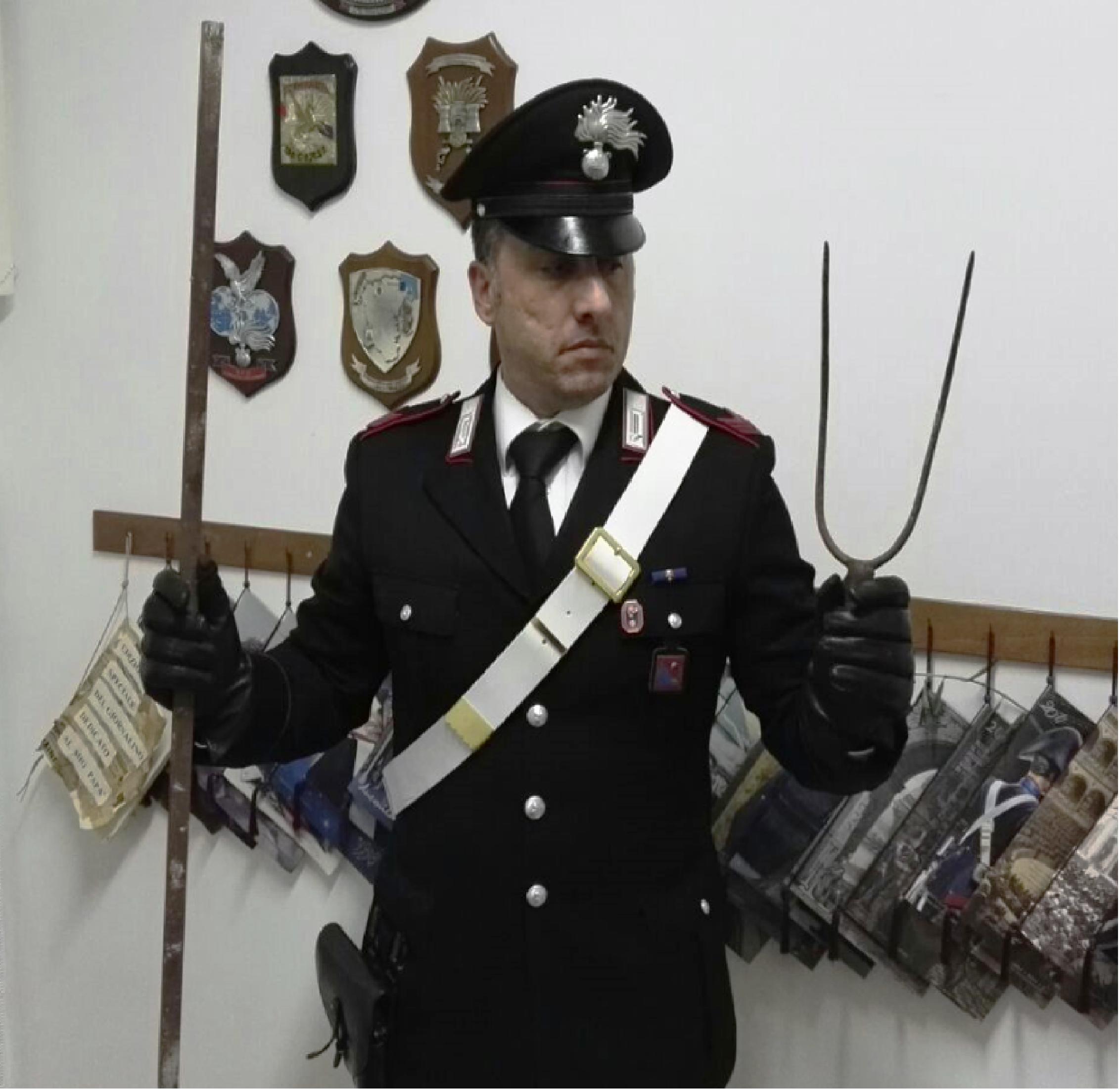 Scoperto a rubare caccia i carabinieri con un forcone