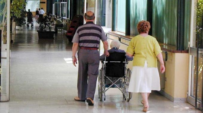 Anziano muore dopo una caduta: 5 persone indagate