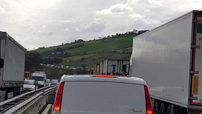 A14 Vasto: Tir travolge auto, tutti illesi