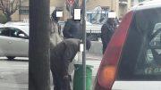 anziano-rifiuti-cassonetto-profughi