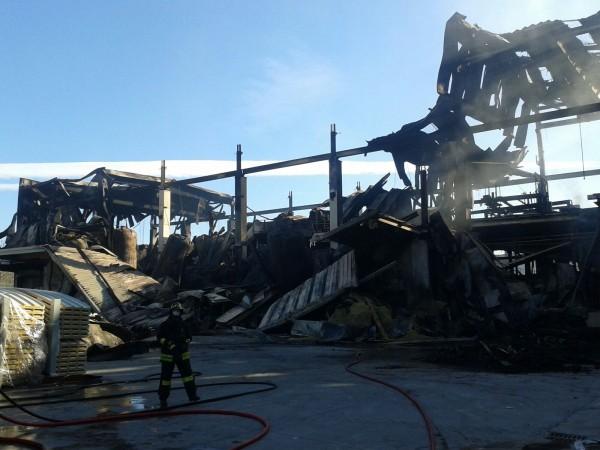 Incendio Italpannelli, emergenza completamente rientrata