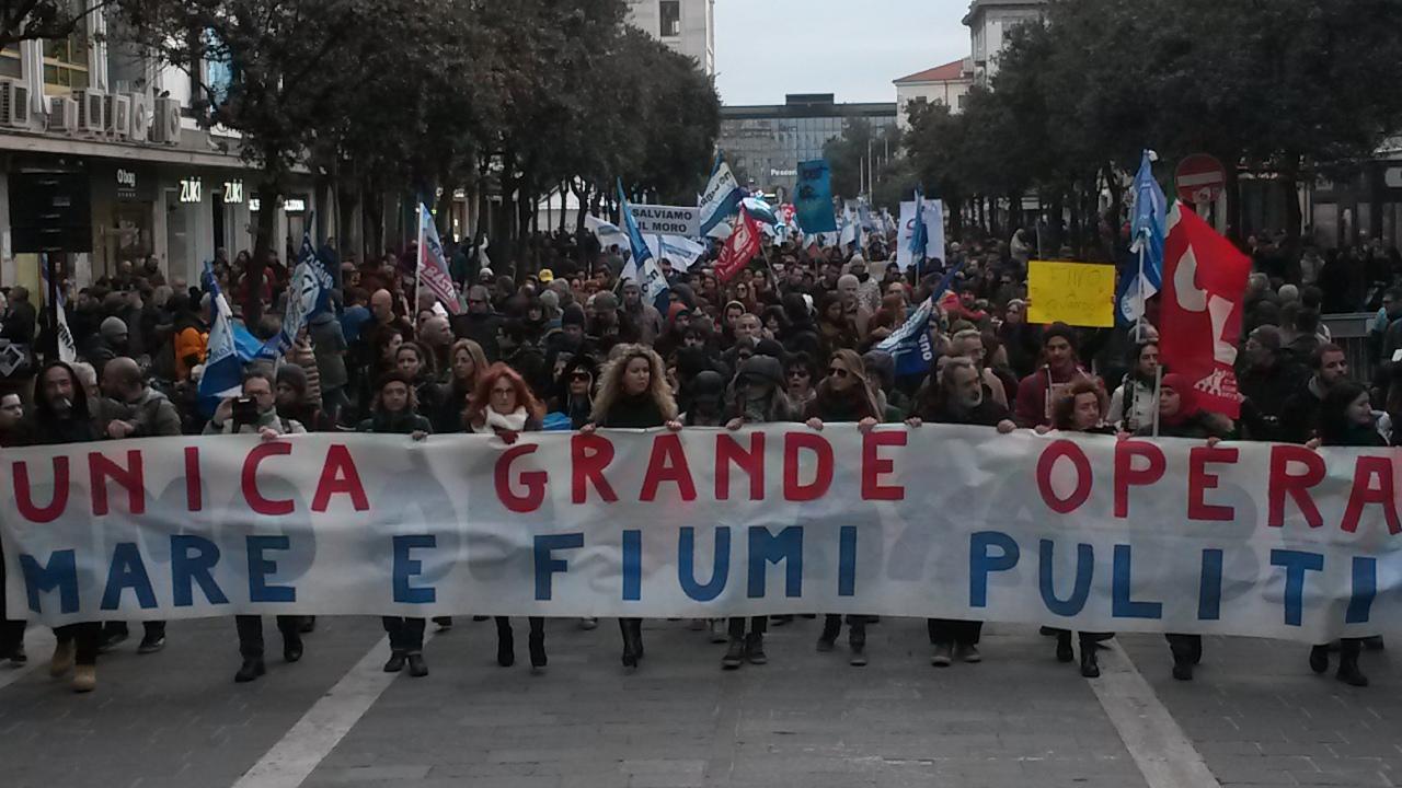 Mare pulito: un migliaio in corteo a Pescara
