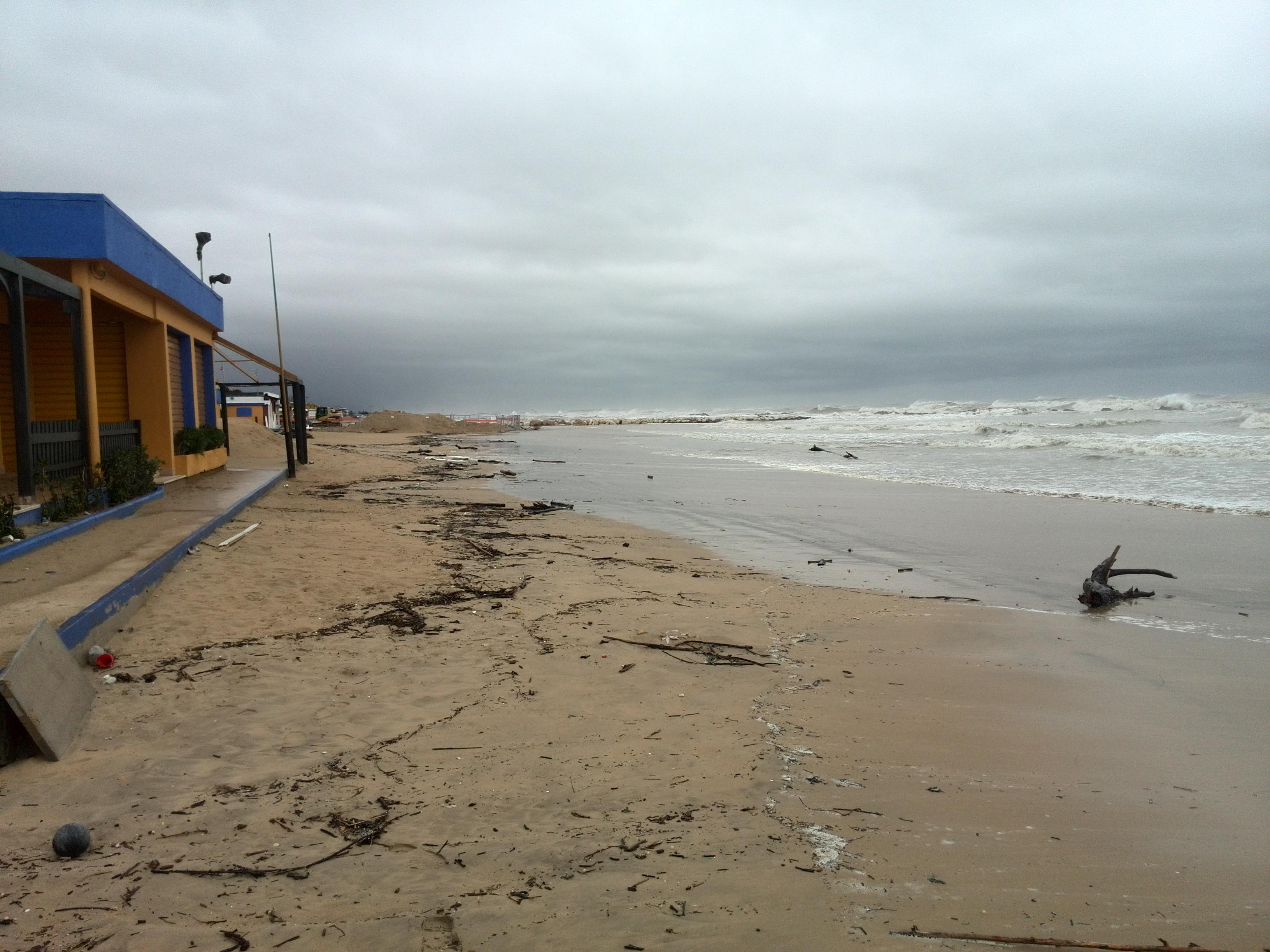 Maltempo: la mareggiata mangia la costa
