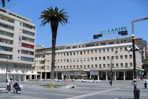 Pescara: lite tra Cingalesi in piazza salotto