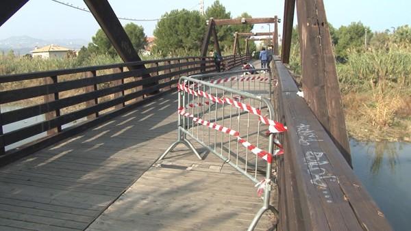 Pescara: Il ponte di legno sul fiume sta marcendo