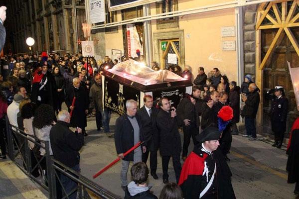 Venerdi' Santo:Processione da S. Bernardino dopo sisma
