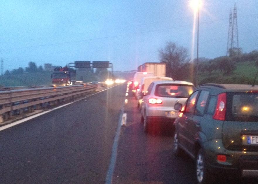 Incidente sulla A14 tra Pineto e Pe Nord, camion urta segnaletica