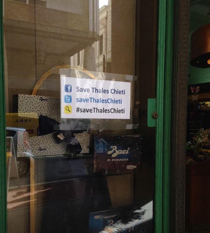 Chieti: #saveThales su vetrine negozi