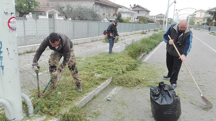 Montesilvano: volontari puliscono strada parco