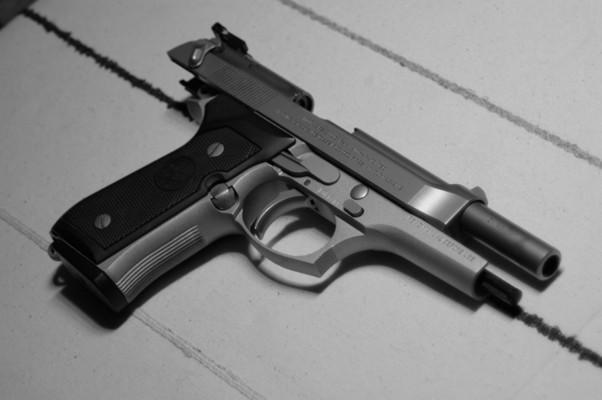 Pistola rubata a L'Aquila rispunta a Napoli: due fermi del CFS