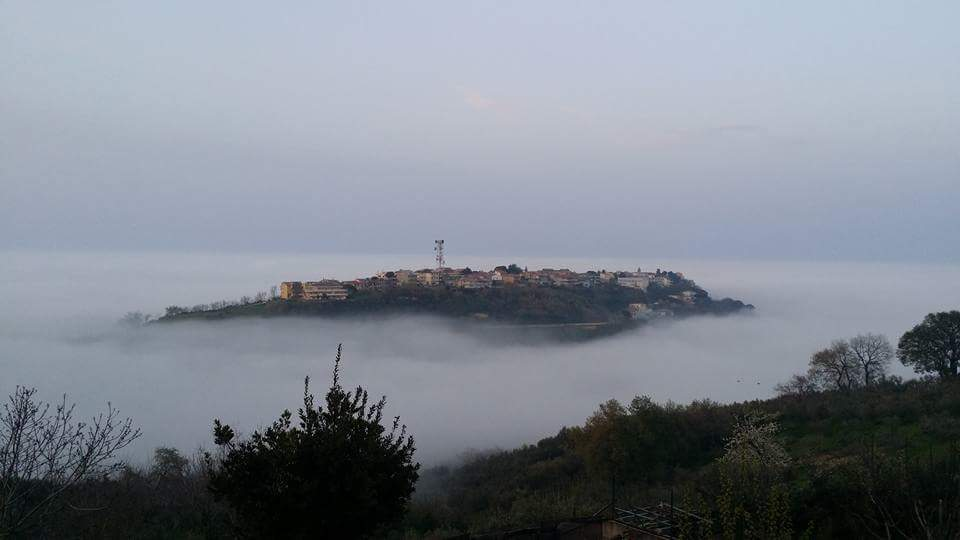 "Silvi Alta sospesa ""galleggia"" nella nebbia"