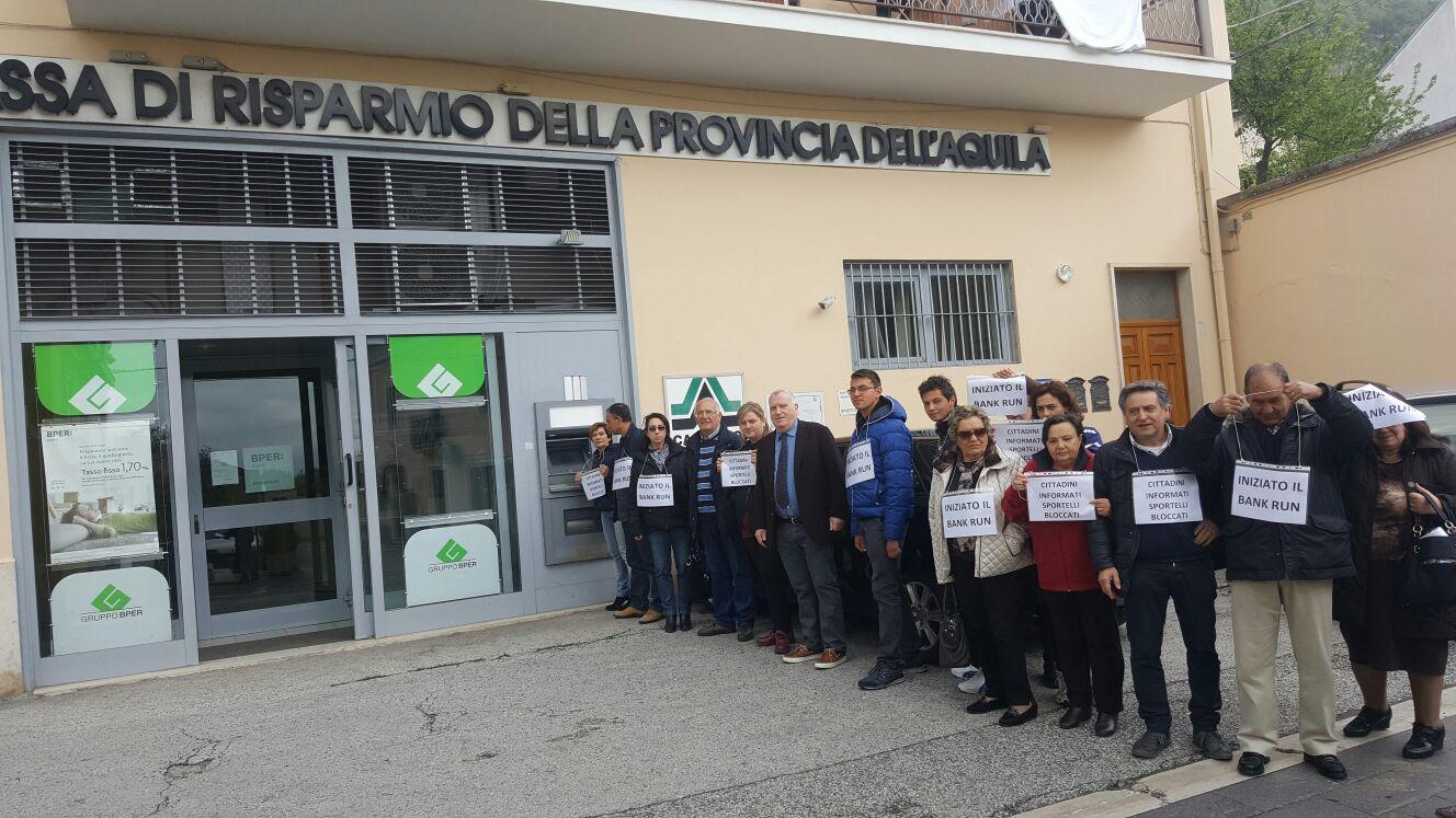 Pizzoli, rimborsi: i risparmiatori occupano Banca Etruria