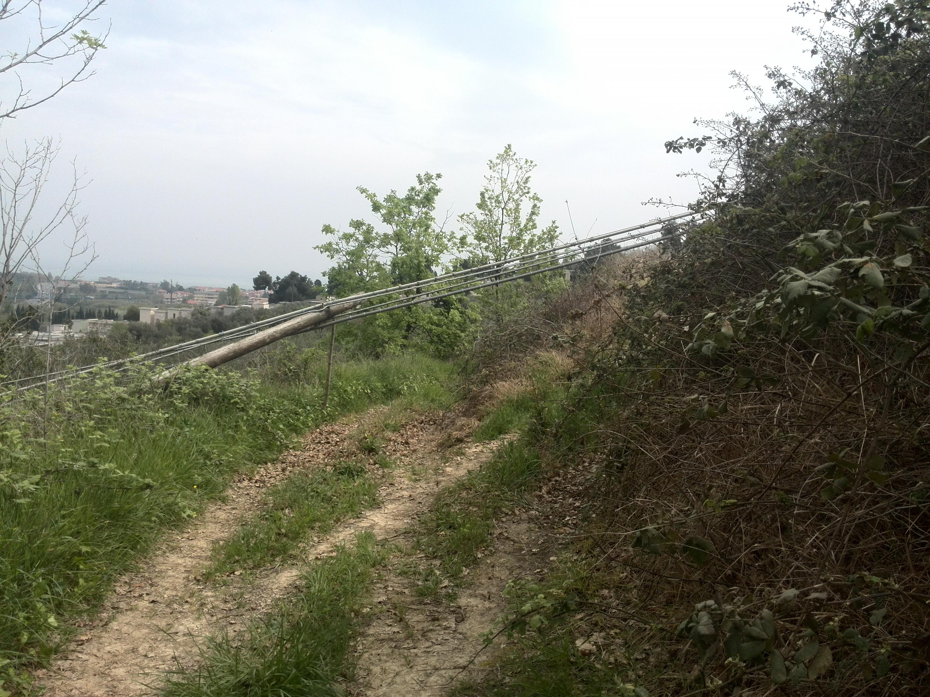 Pescara: cavi telecom crollati su terreni privati e mai rimossi