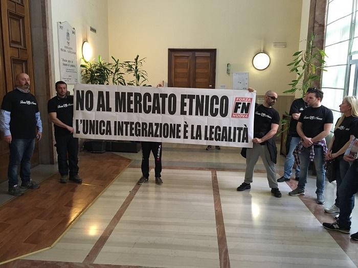 Pescara: mercato etnico, blitz Forza Nuova in Comune