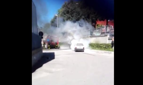 Auto a fuoco nel parcheggio dell'ospedale di Pescara (Video)