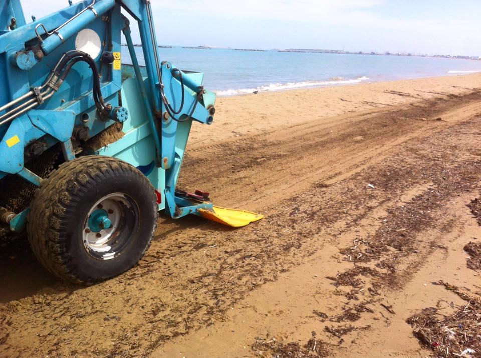 Detriti piaggiati a Pescara: Attiva ripulisce il litorale