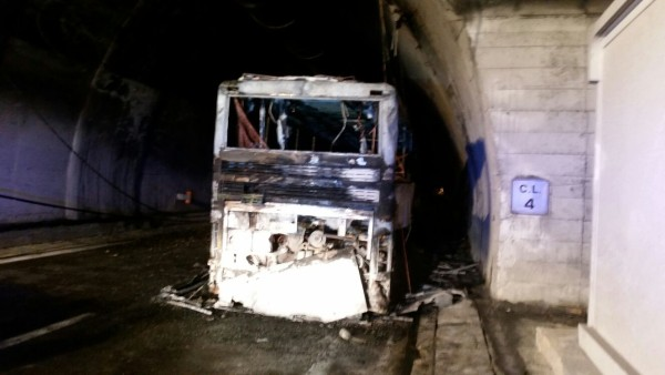 Incendio bus Traforo Gran Sasso: galleria riaperta alle 21