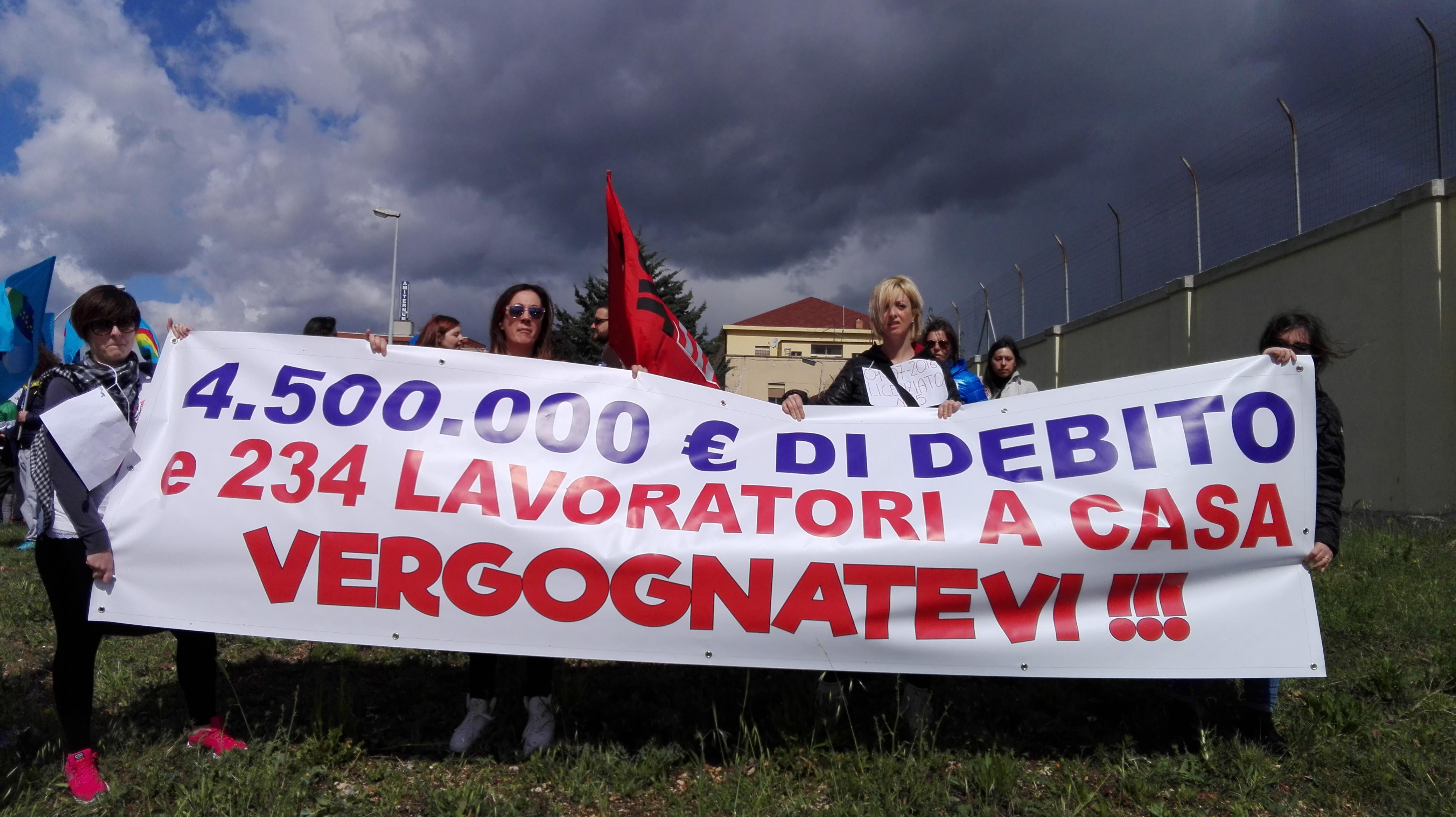 L'Aquila, vertenza Globe Network: la protesta dei lavoratori