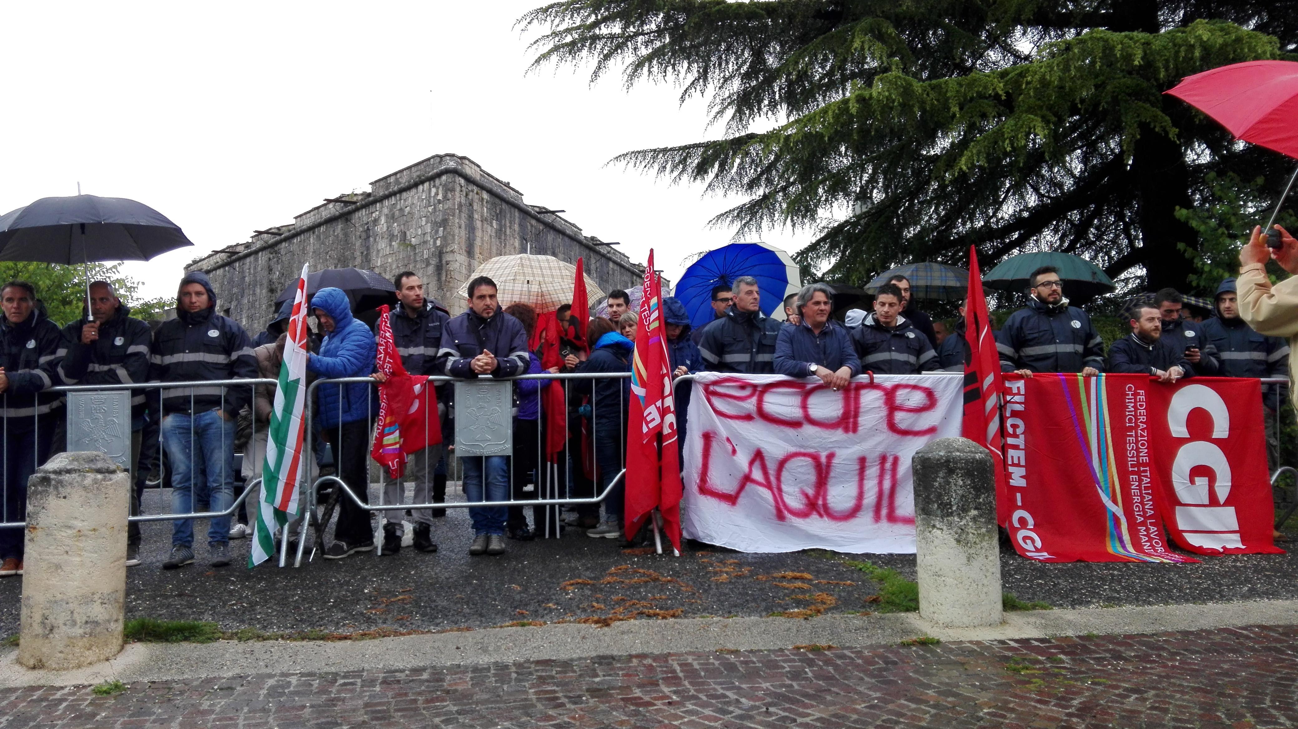 L'Aquila, Renzi accolto dalla rabbia dei lavoratori