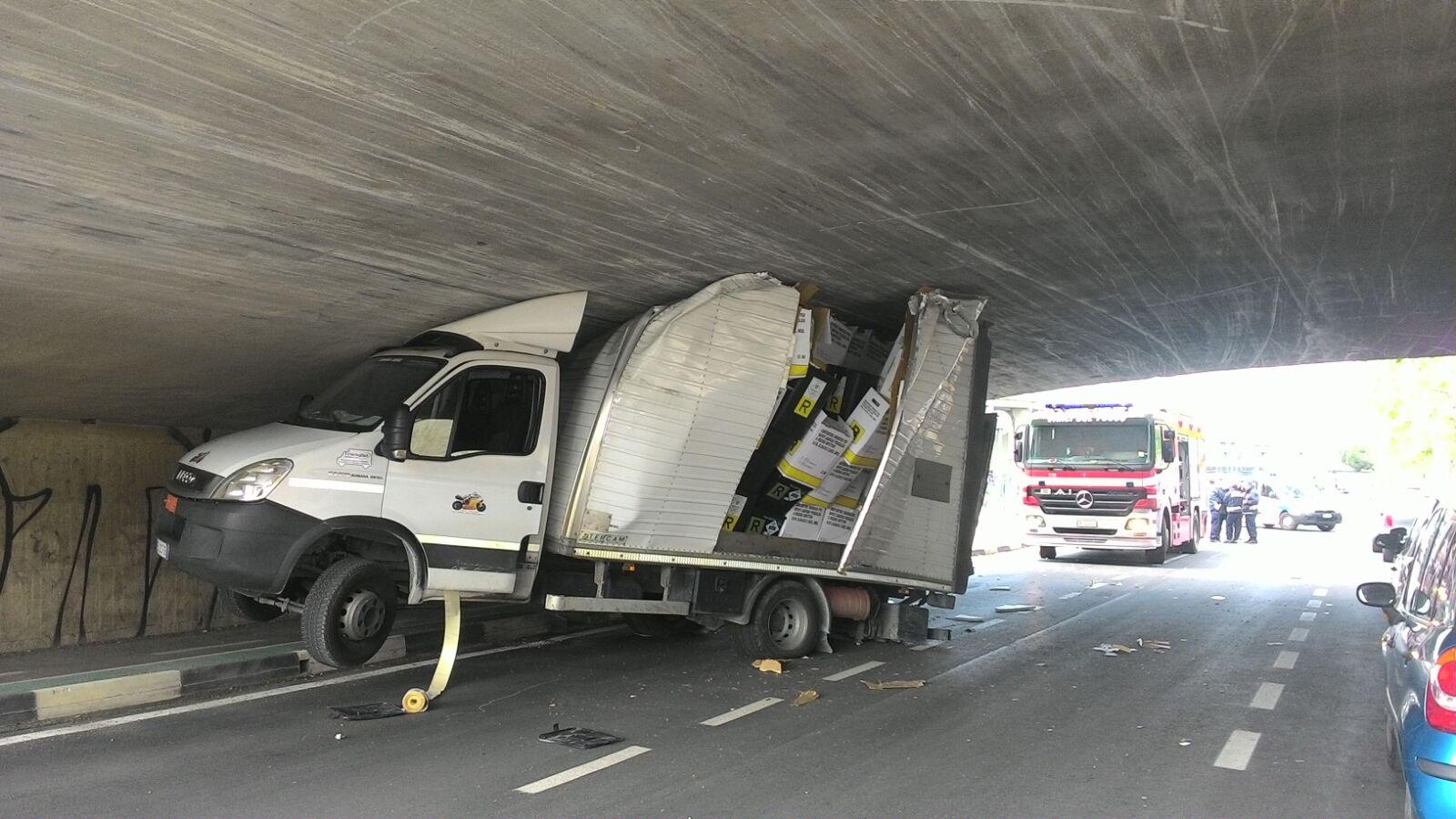 Pescara, camion incastrato sotto il Ponte della Libertà