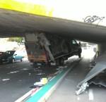 il camion completamente incastrato